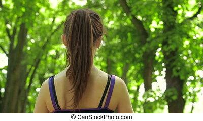 debout, brunette, elle, parc, dos, eau, quoique, bouteille, boire
