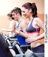 debout, centre, beau, musique, femme, machine, athlète, écoute, courant, fitness