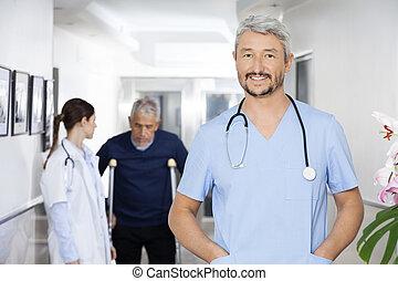 debout, collègue, patient, docteur, poches, mains