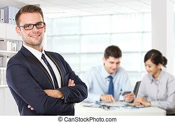 debout, collègue, sien, jeune, derrière, homme affaires, caucasien