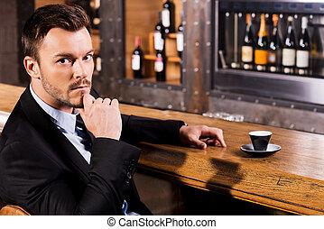 debout, compteur, barre, coffee., délassant, tasse, séance, express, jeune, formalwear, regarder, confiant, appareil photo, frais, lui, homme