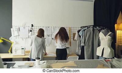 debout, concepteurs, clips., fonctionnement, mur, entrepreneurs, concept., placer, discuter, jeune, ensemble, créatif, devant, dessins, pendre, images, équipe, habillement, croquis