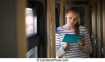 debout, couloir, femme, jeune, fenêtre, train, tampon