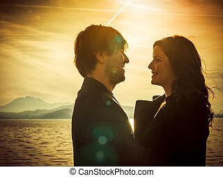 debout, couple, lac, lumière soleil