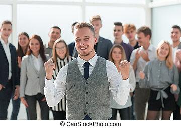 debout, devant, business, heureux, associez-vous guide