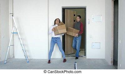 debout, doorstep., couple, jeune, étreindre, boxes., en mouvement, séduisant, nouvelle maison, 3840x2160, joyeux, 4k