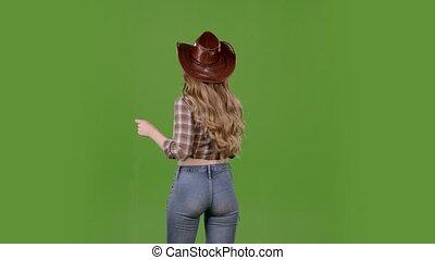 debout, elle, cowgirl, audience., écran, dos, vert, danses