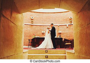 debout, entrée, regard, couple, autre, mariage