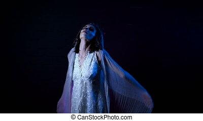 debout, fantôme, veil., mariée, scarry, horreur, halloween, jeune, contre, arrière-plan., derrière, noir, maquillage, womanin, en mouvement, girl, robe, blanc, mystérieux