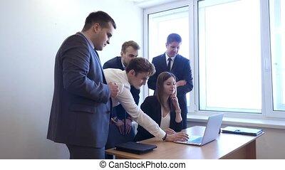 debout, femme, autour de, séance, bureau, équipe, elle.