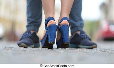 debout, femme, elle, jeune, pointe pieds, baiser, homme
