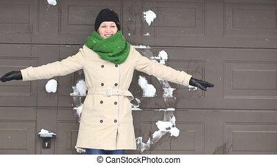 debout, femme, elle, mur, neige, lancement, quelqu'un, balles