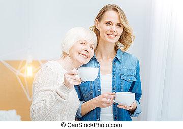 debout, femme, elle, tasse, petite-fille, gai, quoique, penchant, vieilli
