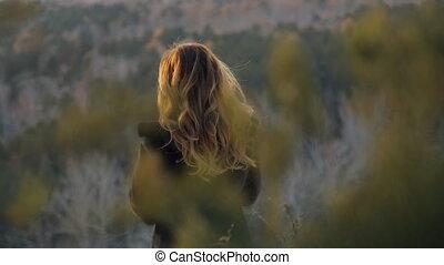 debout, femme, hiver, intérieur, cheveux brun, forêt, paysage