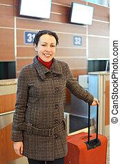 debout, femme, jeune, aéroport, séduisant, valise, rouges