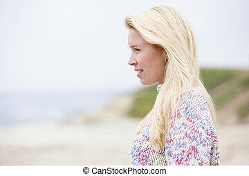 debout, femme, plage