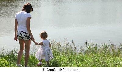 debout, fille, derrière, mère, rive