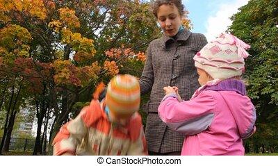 debout, fille, elle, parc, jeune, fils, conversation, mère