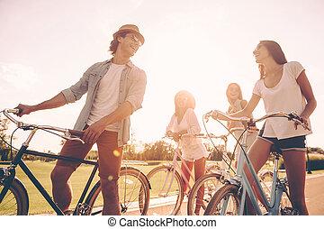 debout, grand, angle, gens, dépenser, friends., jeune, quoique, gai, conversation, bicycles, bas, temps, leur, route, vue
