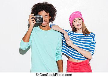 debout, grand, dépenser, couple, jeune, contre, quoique, ensemble., fond, temps, froussard, sourire, blanc