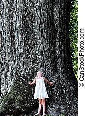 debout, grand, sous, arbre, enfant