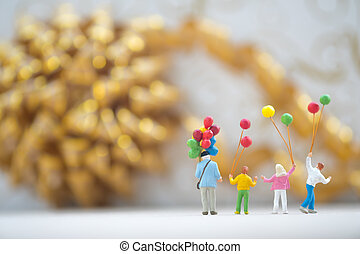 debout, groupe, famille, feux artifice, regarder, miniature, tenue, ballons, heureux