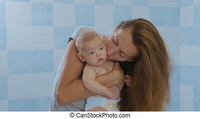 debout, heureux, girl, affectueux, tenue, petit, home., enfant, kid., aimer, tendre, fille, adorable, jeune, caresser, mignon, nourrisson, mère, bébé, embrasser, maman, baisers