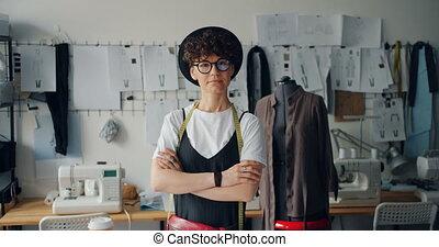 debout, indépendant, femme, bras, concepteur, studio, portrait, traversé