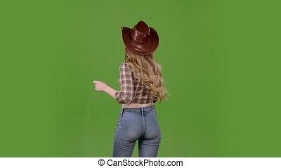 debout, lent, elle, cowgirl, audience., dos, screen., mouvement, vert, danses