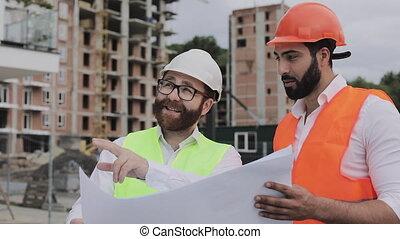 debout, lent, expert, concept., motion., site., conversation, professions, projet architecte, sous, conception, construction, analyser, construction, ingénieurs, ouvriers