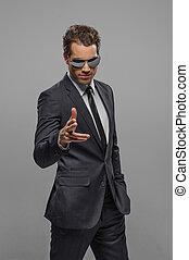debout, lunettes soleil, next!, pointage, you?re, gris, jeune, confiant, appareil photo, hommes affaires, isolé