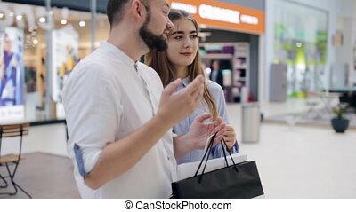 debout, magasin, couple, centre commercial, conversation, fenêtre, devant
