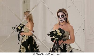 debout, maquillage, halloween, fille noire, fleurs, miroir.