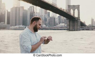 debout, marche, sien, réussi, loin, sous, jeune, montre, brooklyn, homme affaires, pont, 4k., utilisation, rivière, intelligent, européen