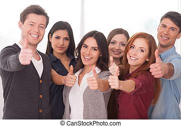 debout, nous, groupe, gens, réussi, jeune, team!, gai, autre, chaque, fin, faire gestes