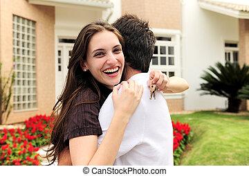 debout, nouveau, couples dehors, maison
