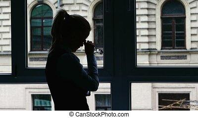 debout, occupé, silhouette, femme affaires, après, day., fenêtre