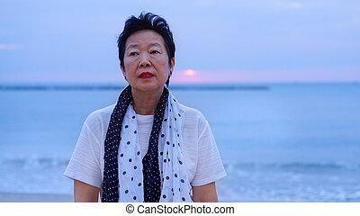 debout, pensée, mornign, asiatique, seul, personne agee, plage, levers de soleil