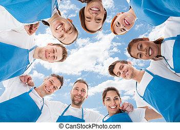 debout, petit groupe, nettoyeurs, ciel, contre, divers, professionnel