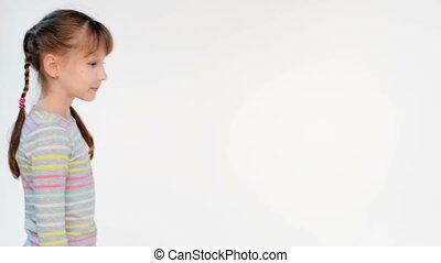 debout, peu, plié, regarder, appareil photo, calme, mains, girl