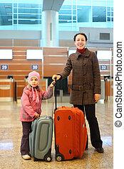 debout, peu, valises, jeune, aéroport, mère, girl
