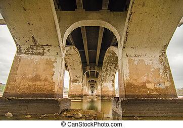 debout, pont, vieux, sur, sous, rivière