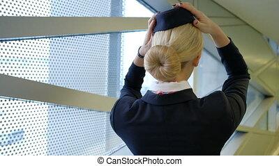 debout, porter, salle, uniforme, attente, hôtesse, blond, chapeau