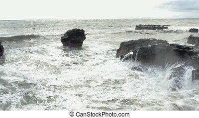 debout, regarder, femme, aérien, mer, orageux, large, liberté, rocher, prise vue., jeune, bras, frapper, rock., seashore., 4k, femme, vagues, océan, ouvert, caucasien