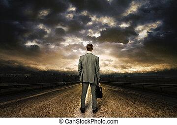 debout, road., business, ciel, milieu, dramatique, au-dessus, homme