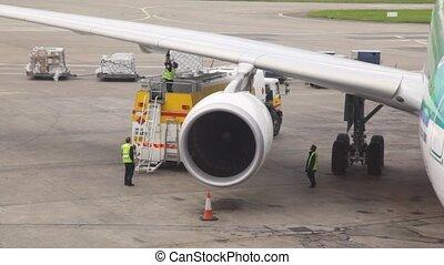 debout, service, piste atterrissage, équipe, carburant, avion, rempli
