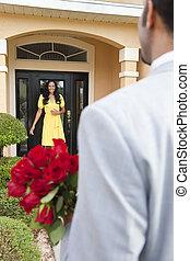 debout, sien, porte, romantique, épouse, apporter, américain, ou, leur, attente, homme, africaine, petite amie, fleurs, home., lui, heureux