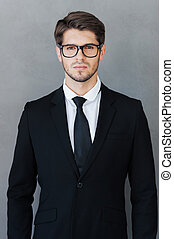 debout, successful., jeune, formalwear, gris, regarder, confiant, quoique, appareil photo, contre, fond, homme