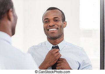debout, sur, sien, cravate, look., ajustement, africaine, jeune, contre, confiant, quoique, miroir, homme