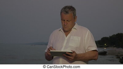 debout, tablette, quoique, dactylographie, plage, homme